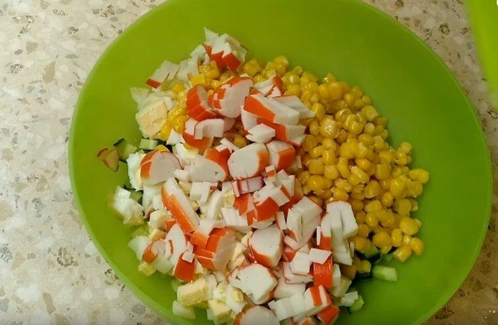 Крабовые палочки с кукурузой и яйцом