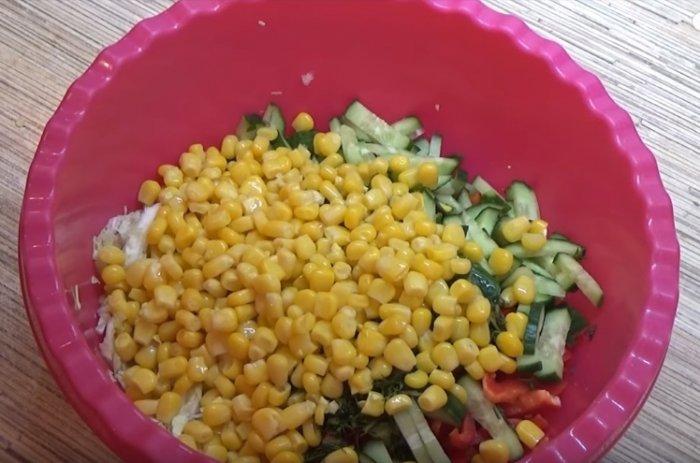 Продукты нарезанные для салата из пекинской капусты