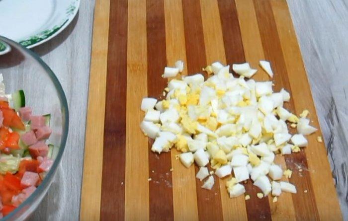 Вареные яйца нарезанные на кусочки