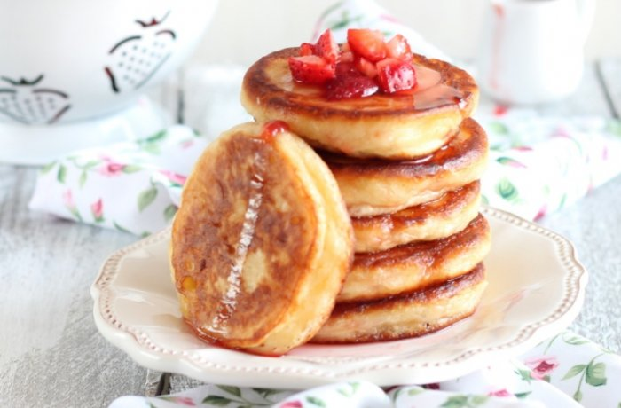 Оладьи на прокисшем молоке с ягодами