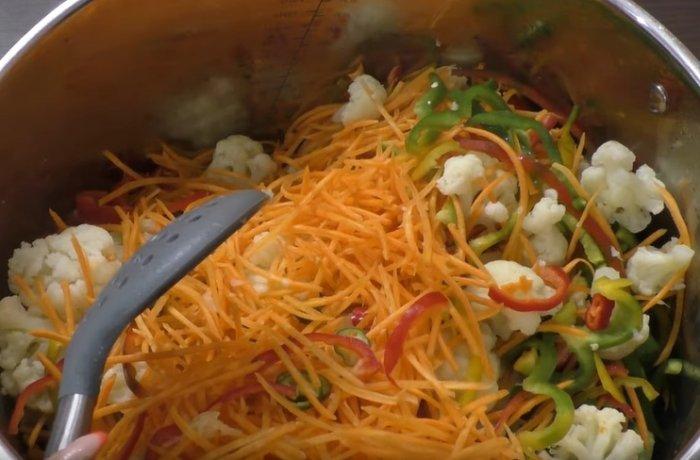 Перемешанные ингредиенты для маринования цветной капусты по корейски
