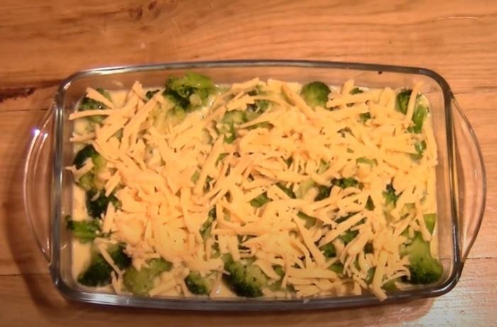 Капуста брокколи в форме для запекания посыпанная сыром