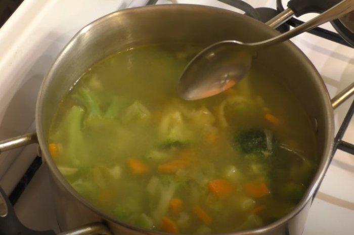 Брокколи с сыром в кастрюле для суп-пюре