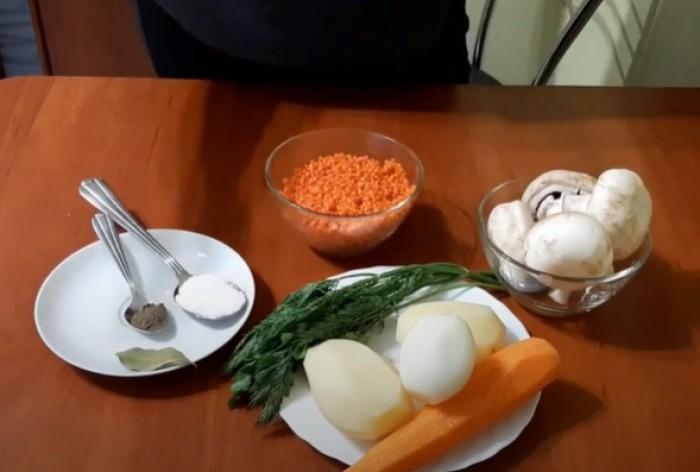 Шампиньоны и чечевица для супа