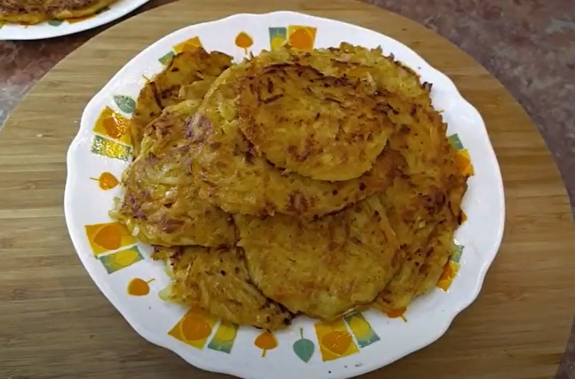 Драники из тыквы с картофелем на тарелке