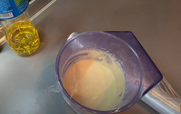 Дрожжевое тесто на кефире закрытое пищевой пленкой