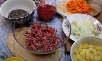 Фарш, чечевица и ингредиенты для супа