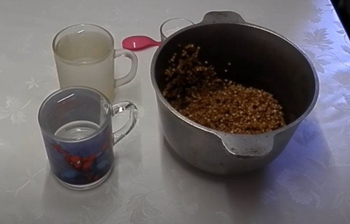 Гречка и два стакана воды