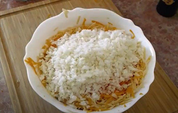 Тыква с луком и картофелем натерты в тарелке