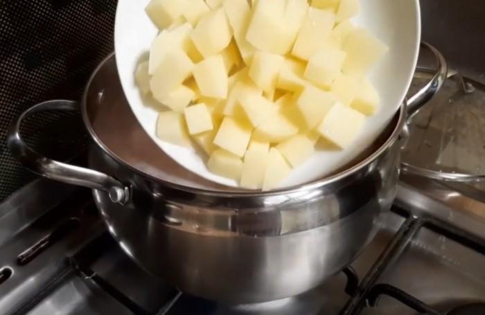 Добавляем картофель в кипящую воду