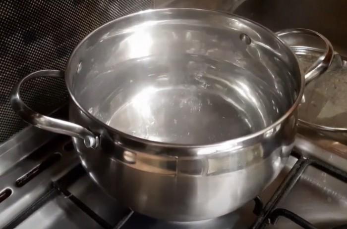 Вода кипит в кастрюле