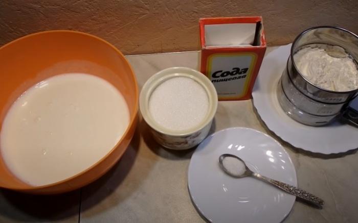Кефир, сода и мука для приготовления оладий