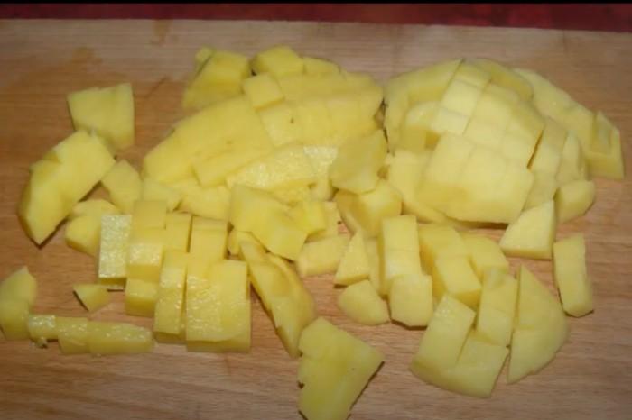Кубики картошки для супа из чечевицы