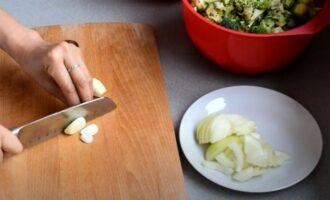 Лук и чеснок для суп-пюре изброколи