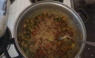 Огурцы с мясом залитые соевым соусом и приправленные