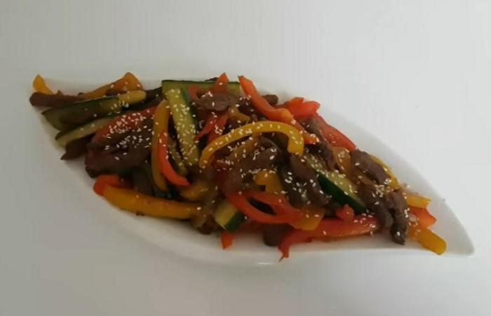 Салат из жареных огурцов с мясом и болгарским перцем
