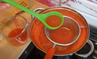 Удаление сока из кастрюли с помидорами и перцем