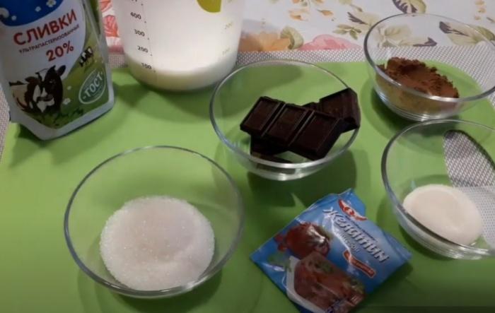 Сливки, желатин и шоколад на столе