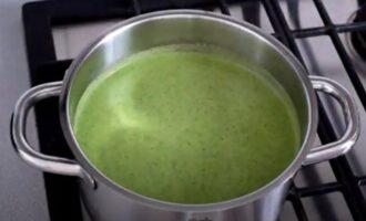Суп из брокколи с шпинатом и сливками в кастрюле