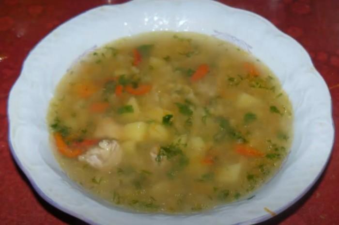 Вкусный суп из чечевицы со свинины в тарелке