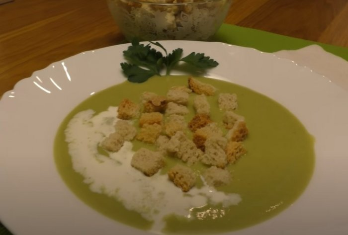 Суп-пюре из брокколи с плавленным сыром украшенный сухариками