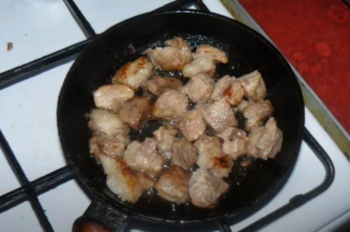 Свинина поджаренная с корочкой на сковороде