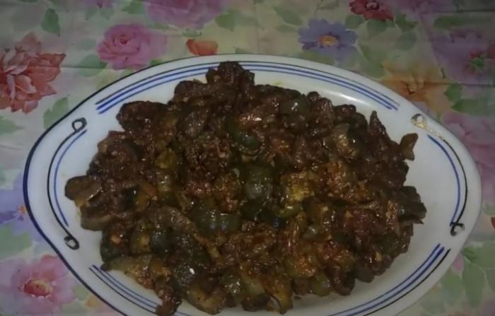 Жареные соленые огурцы с мясом в соевом соусе