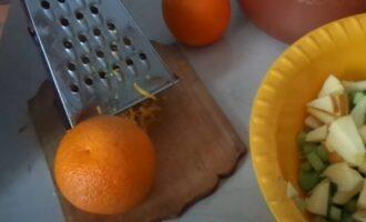 Цедру апельсина снимаем теркой