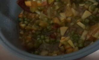Сахарные яблоки, апельсин и ревень в кастрюле