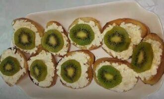 Бутерброды с киви , сыром плавленным и чесноком