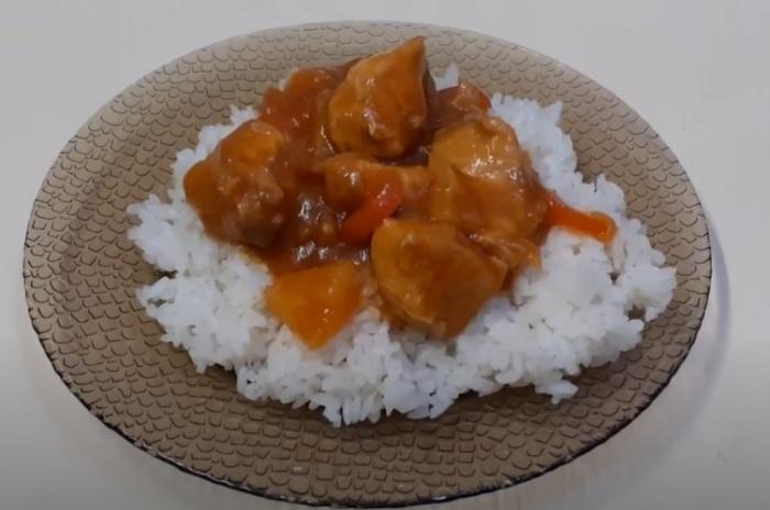Куриное филе в кисло-сладком соусе с овощами и рисом