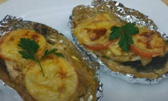 Горбуша в фольге с сыром и помидорами приготовленная в духовке