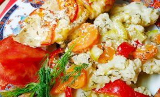 Грудка запеченная с овощами в духовке