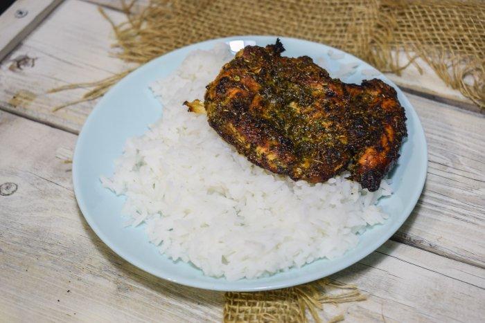 Запеченная в духовке грудка с рисом на тарелке