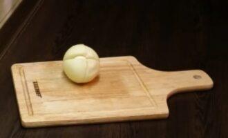 Лук на деревянной доске