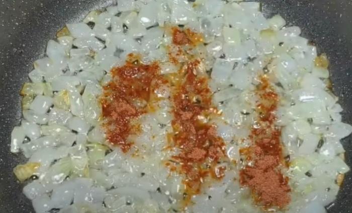 Лук на сковороде с паприкой