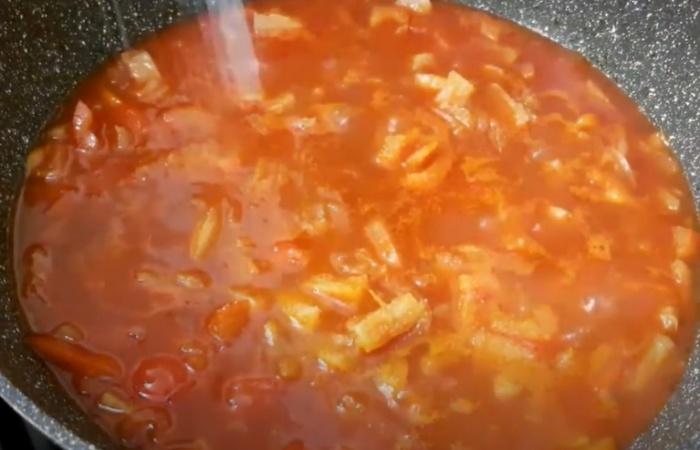 Ананас с овощами на сковороде