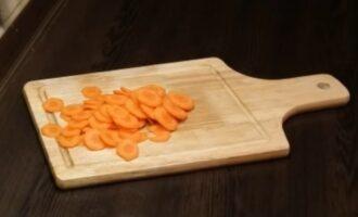 Сырая морковь нарезанная кольцами