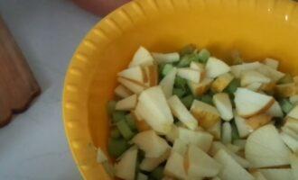 Яблоки резанные с ревенем в тазике