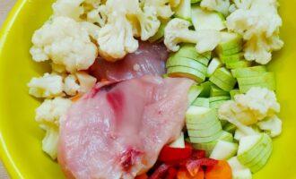 Нарезанные овощи и куриная грудка в миске