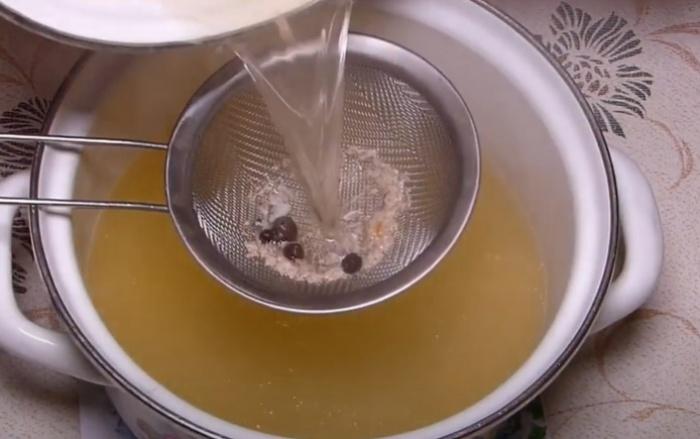 Процеживаем рыбный бульон через ситечко