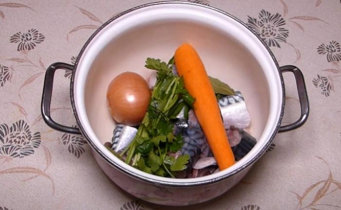 Скумбрия, лук и морковь в кастрюле