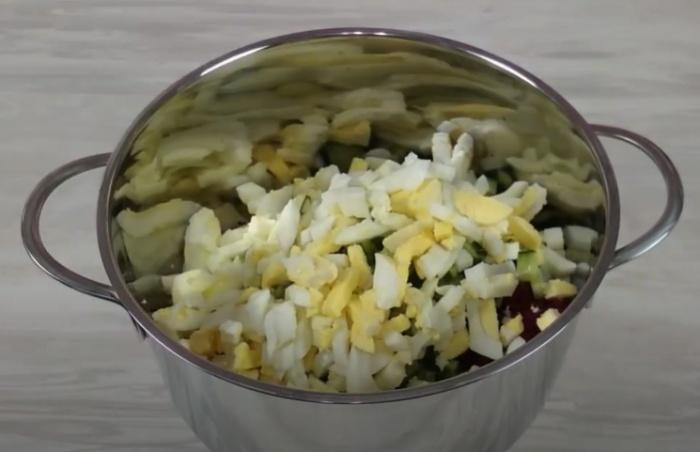Яйца со свеклой и огурцами в кастрюле