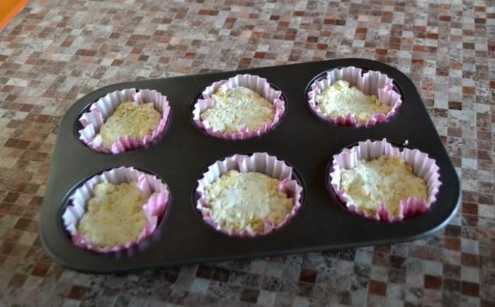Творожно-овсяное тесто в форме для кексов