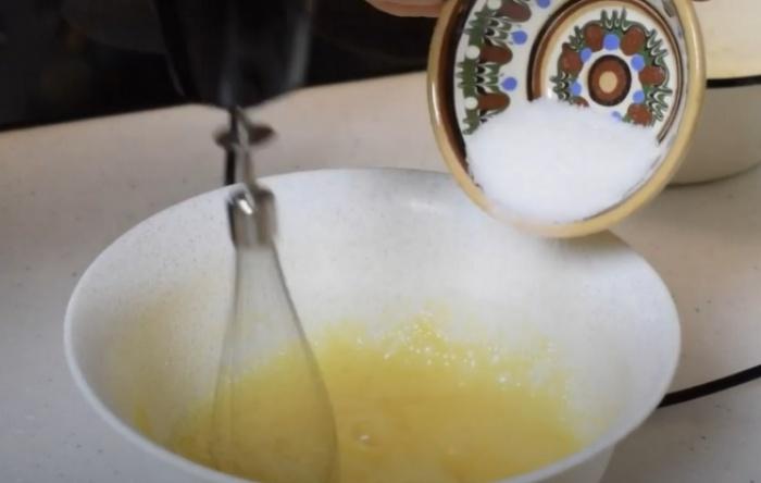 Взбиваем блендером яйца с сахаром