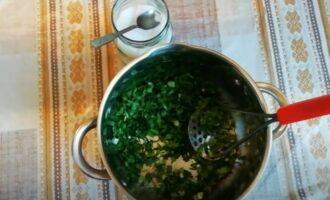 Нарезанная зелень в кастрюле с солью