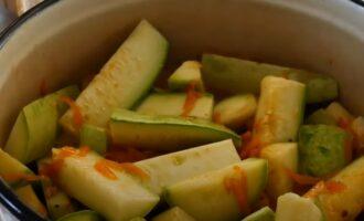 Кабачки с морковью и томатным соком в кастрюле
