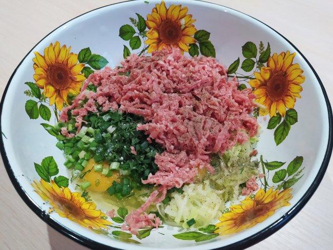 Колбаса, зелень, кабачки и яйца в тарелке