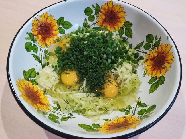 Резанная зелень с кабачком и яйцами в миске