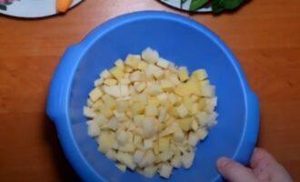 Промытый картофель в тазике